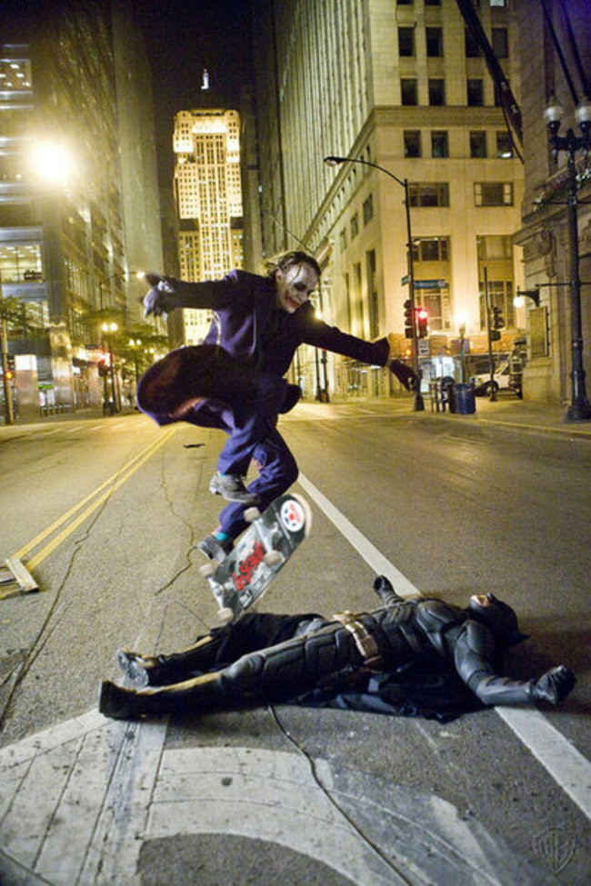 The Dark Knight - Heath Ledger Batmanin uzerinden atlarken